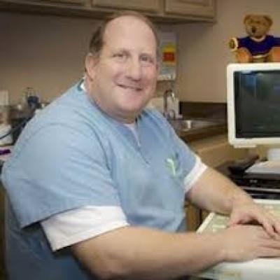 查尔斯医生(Dr. Charles W Moniak, M.D.)